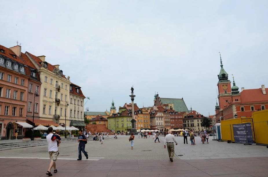 O centro histórico de Varsóvia, completamente destruído pelos nazistas, foi cuidadosamente reconstruído no período do pós-guerra usando plantas antigas e até pinturas de artistas como Canaletto