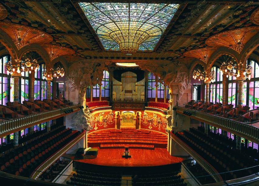 Mosaicos, esculturas, colunas e vitrais, executados nos mínimos detalhes, formam um conjunto arquitetônico harmonioso no Palau de La Música de Barcelona