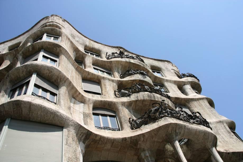 A Casa Milá, obra de Antoni Gaudí, é outra construção de Barcelona que se destaca pelas formas
