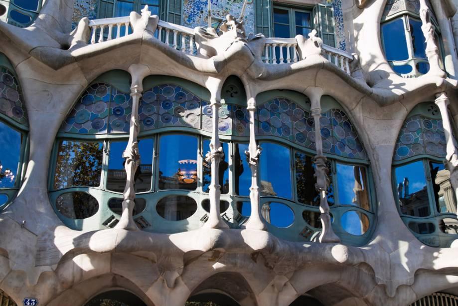 Com azulejos policromados e ferro retorcido, a Casa Batlló é considerada por muitos a obra-prima de Gaudí