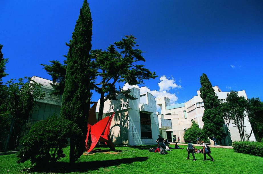 No lindo jardim da Fundação Joan Miró, encontram-se esculturas do artista catalão