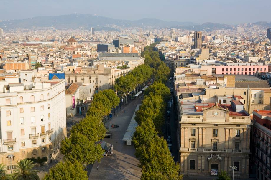 Uma ótima maneira de conhecer Barcelona é passear pelas Ramblas, o longo beco arborizado que vai da Plaça Catalunya ao monumento de Colombo no porto.