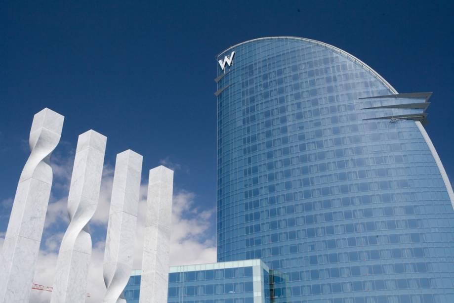 Fachada do Hotel W projetada pelo arquiteto Ricardo Bofill na praia de Barceloneta