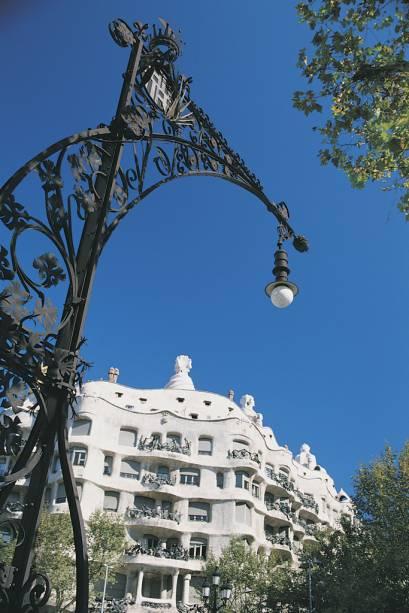 Cheia de curvas, a Casa Milá causou polêmica quando foi construída por Gaudí no século XIX