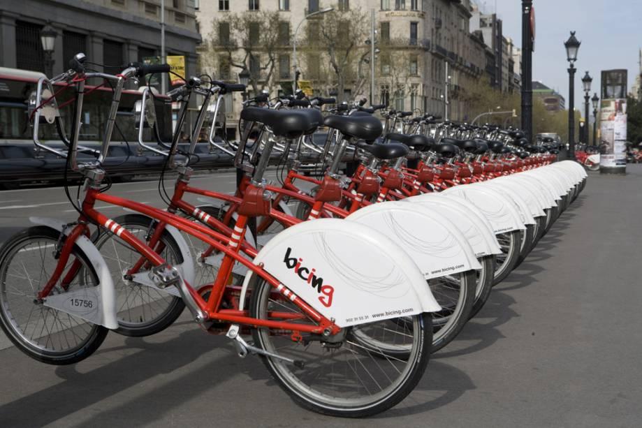 Estacionamento de bicicletas na Plaza de Catalunya em Barcelona
