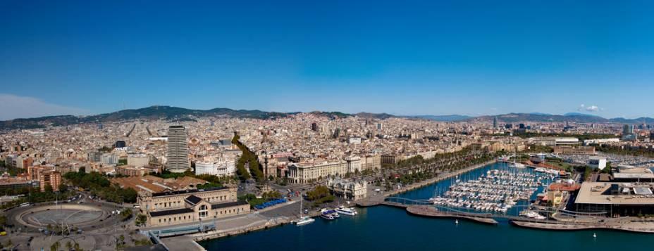 Vista panorâmica de Barcelona entre as montanhas e o mar