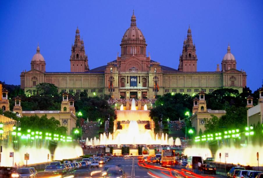 A fonte mágica em frente ao Palácio de Montjuïc oferece um show de luzes e sons para os turistas que visitam os pontos turísticos à noite