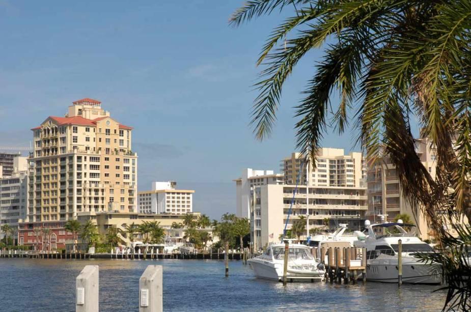 Iates e veleiros enchem as animadas marinas.  Por outro lado, os clubes e restaurantes frequentados pelos ricos dão o tom social do sul da Flórida.