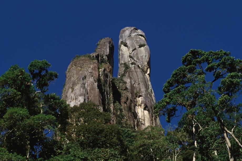 Pico Dedo de Deus, um dos cartões postais da cidade, no Parque Nacional da Serra dos Órgãos