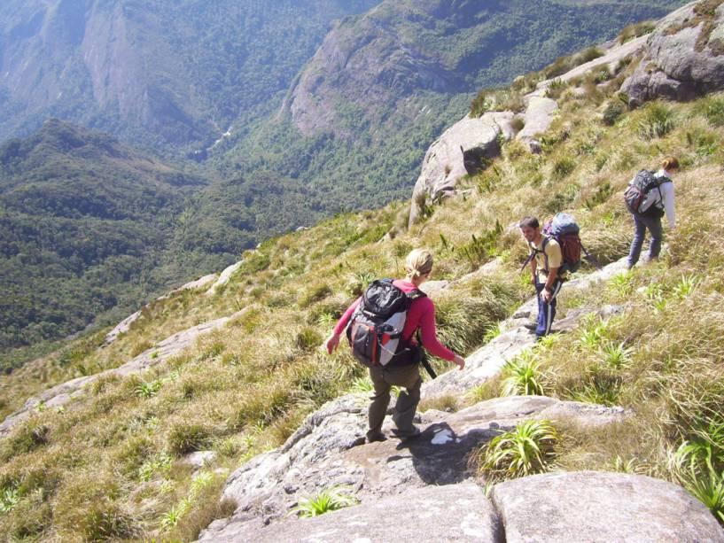 O Parque Nacional da Serra dos Órgãos abriga trilhas para caminhadas, piscinas naturais e picos