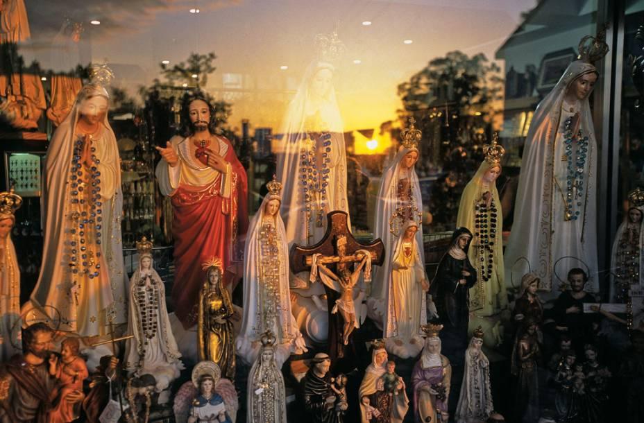 Imagens sacras na loja de Fátima, cidade medieval portuguesa famosa pelas peregrinações de 13 de maio e outubro