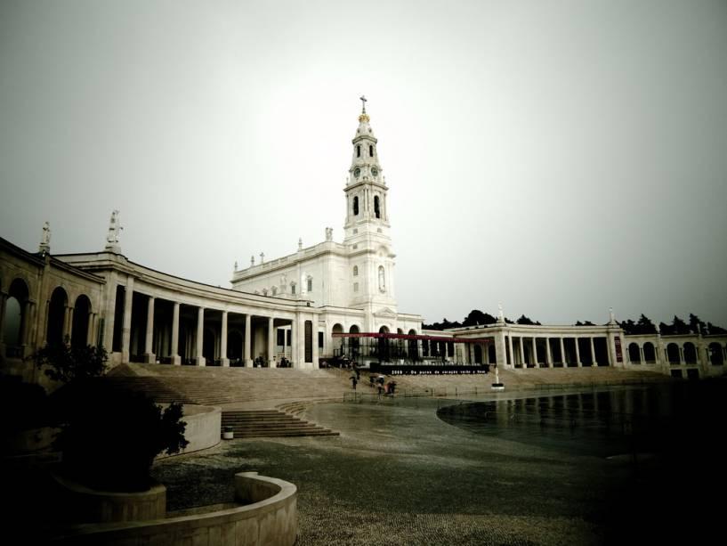 Os edifícios de Fátima são relativamente novos: o santuário e os seus complexos foram construídos após a aparição da Virgem Maria para as crianças que aí viviam numa zona outrora rural