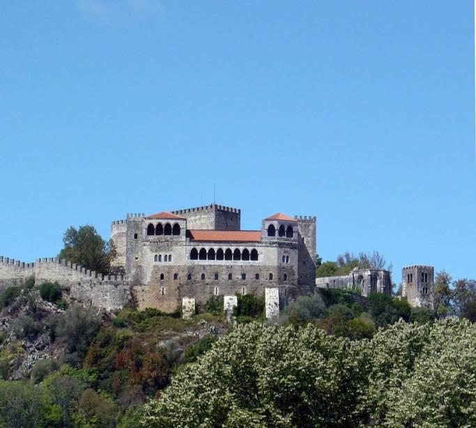 O Castelo de Leiria reúne os antigos palácios reais, a igreja de Nossa Senhora da Penha e a Torre de Menagem.  Do alto você tem uma bela vista da região