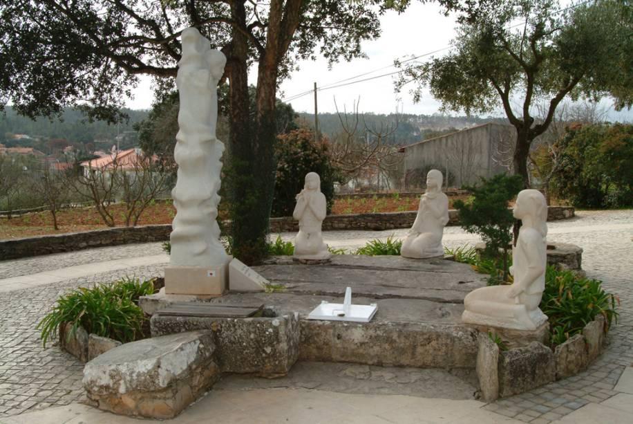 Imagem das crianças e da santa no santuário de Nossa Senhora de Fátima