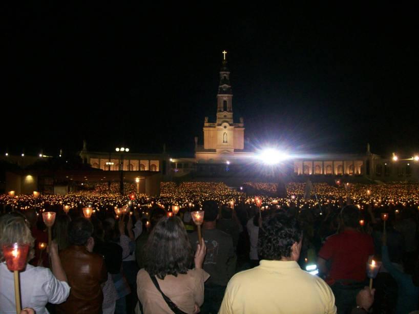 """Procissão à luz de velas em 12 de maio no Santuário de""""http://viajeaqui.abril.com.br/cidades/portugal-fatima"""" rel =""""Fatima"""" Meta =""""_ele mesmo""""> Fatima,""""http://viajeaqui.abril.com.br/paises/portugal"""" rel =""""Portugal"""" Meta =""""_ele mesmo""""> Portugal"""" class=""""lazyload"""" data-pin-nopin=""""true""""/></div> <p class="""