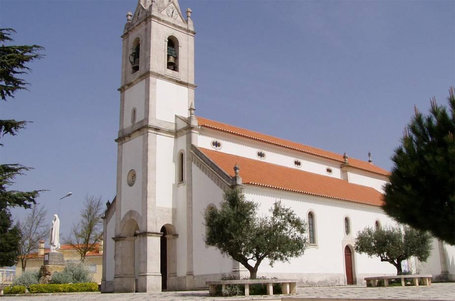 Igreja com imagem de Nossa Senhora de Fátima na praça, em Fátima, Portugal