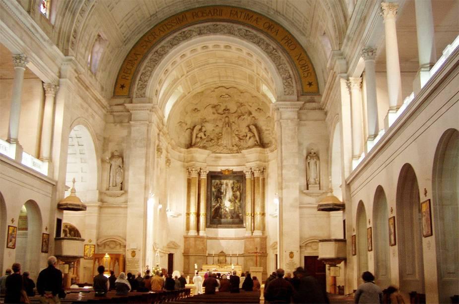 Interior do santuário de Nossa Senhora de Fátima em Portugal
