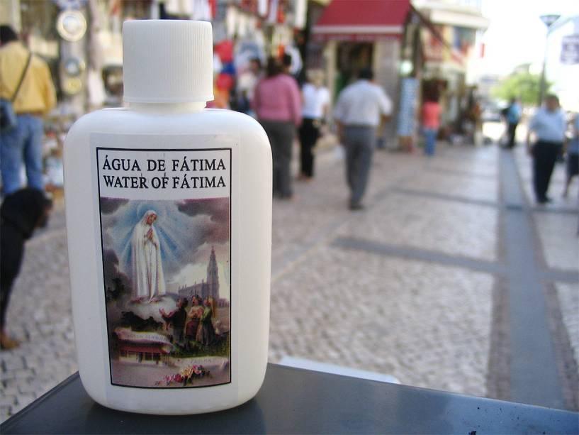 Garrafas de água benta de Nossa Senhora de Fátima são vendidas nas ruas da pequena cidade portuguesa