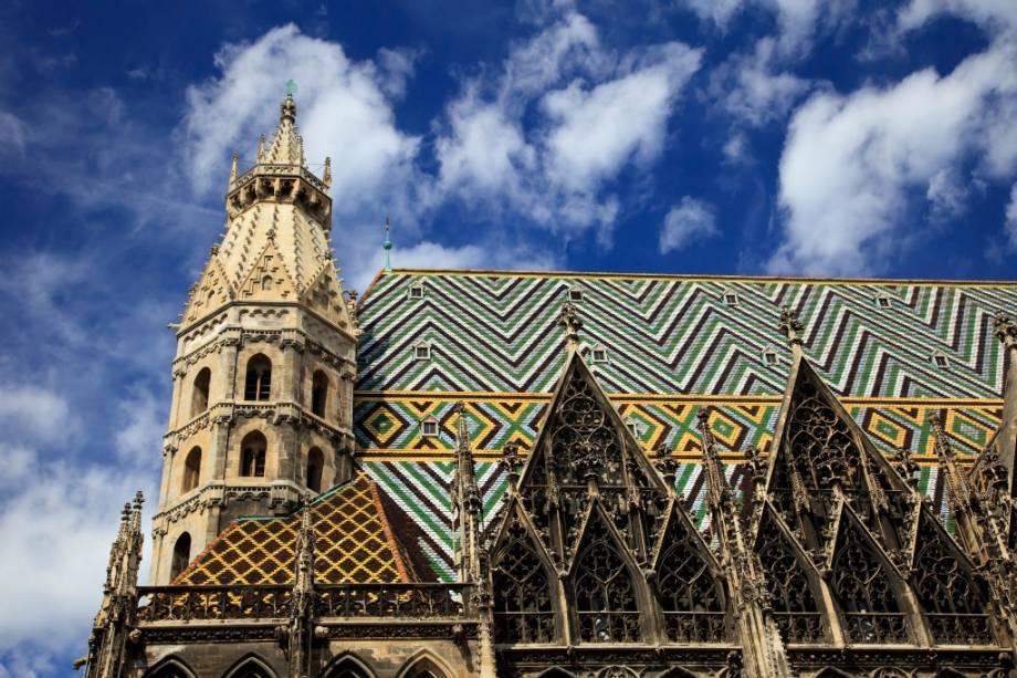 Visão geral do telhado colorido da Catedral de Viena, a Catedral de Santo Estêvão