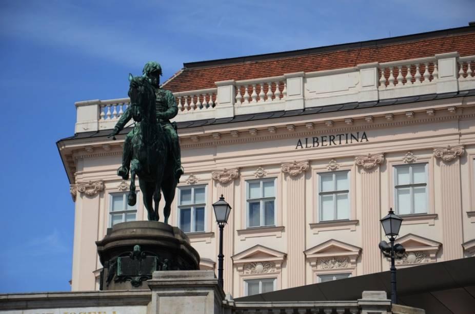 O Museu Albertina possui uma grande coleção de impressionistas e várias obras de mestres dos séculos XVI e XVII.  Ele também abriga quartos ornamentados de quando o edifício era a residência do duque Albert