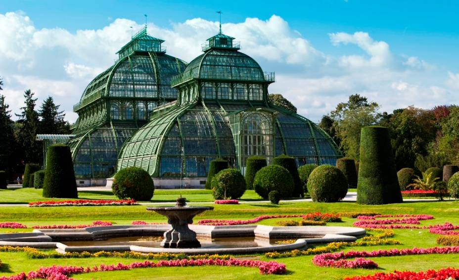 The Palm House é uma grande estufa nos jardins do Palácio de Schönbrunn, inaugurada no século XIX.  Desde então, eles preservaram muitas espécies botânicas de diferentes partes do mundo