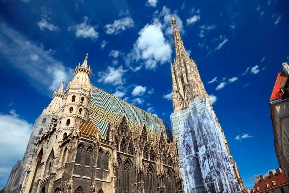 O telhado colorido e a grande torre sineira fazem da Catedral de Santo Estêvão um dos ícones mais importantes de Viena.  A Catedral de Santo Stefano é palco de acontecimentos extraordinários na história do Império Austro-Húngaro e ainda preserva criptas e tumbas de pessoas famosas do país
