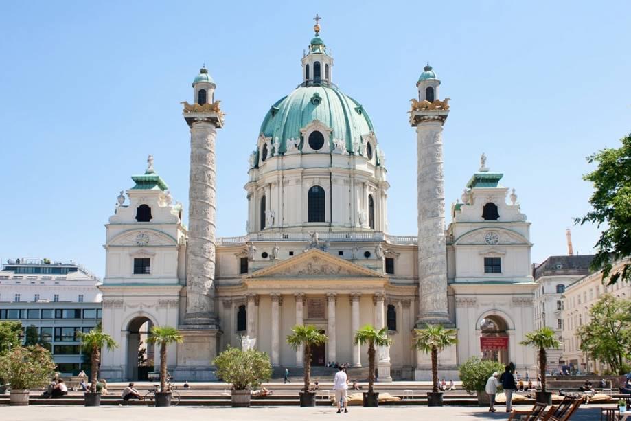A fachada interessante mas desequilibrada da Karlskirche é uma das atrações de Viena