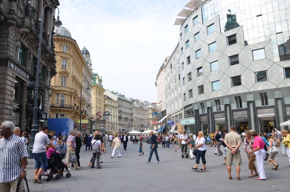 A Carinthia Boulevard, no coração de Viena, é uma das ruas comerciais mais bonitas da Europa Central, com charmosas boutiques de estilistas, restaurantes, hotéis e cafés.