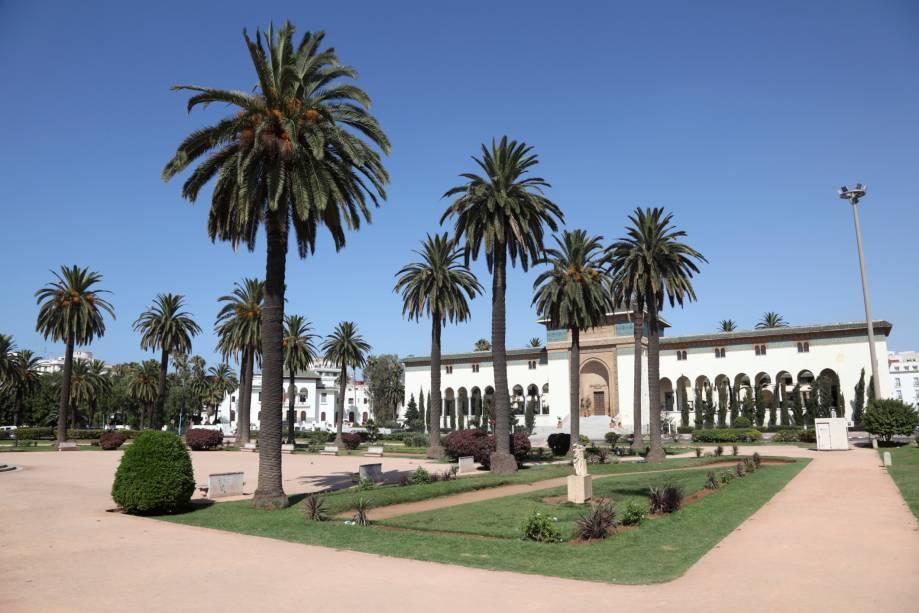 Apesar de Casablanca não ser uma cidade turística, é cosmopolita e oferece boas atracções, bem como hotéis bem concebidos, bons restaurantes e várias lojas.