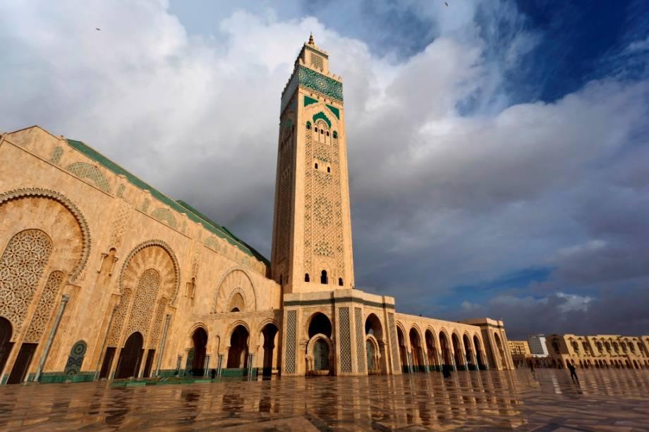 A Mesquita Hassan II, inaugurada em 1993, é uma das maiores do mundo e é considerada um dos mais importantes cartões-postais de Casablanca.