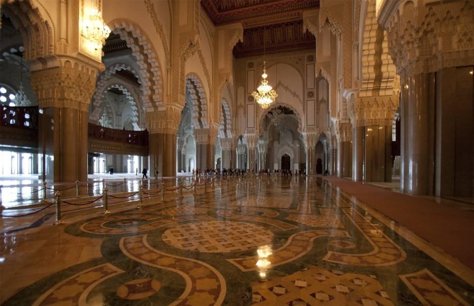 A Mesquita Hassan II em Casablanca fica em um promontório acima do Oceano Atlântico e é uma das maiores do mundo.  Pode acomodar cerca de 100.000 crentes.  A ampla utilização de materiais como o mármore e o granito conferiu ao complexo um equilíbrio harmonioso com a sua arquitectura clássica, embora o edifício tenha sido desenhado e construído no final do século passado.