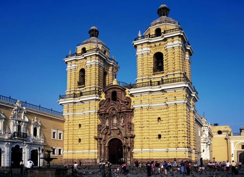 A Igreja e o Convento de São Francisco em Lima são famosos por suas catacumbas subterrâneas.  Sua arquitetura resistiu aos terremotos do país