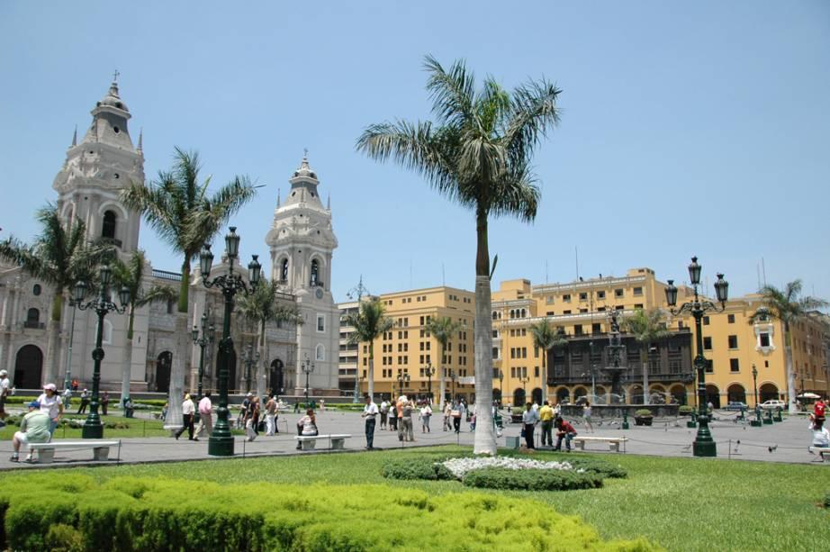 Catedral de Lima e o prédio do governo ao lado no Marco Zero em Lima - atrações imperdíveis em um city tour