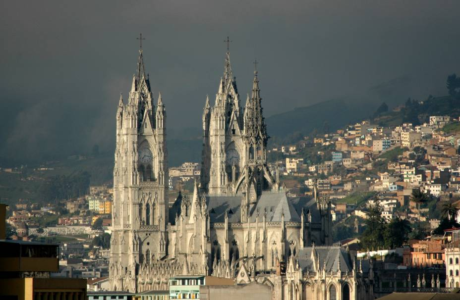 A Basílica do Voto Nacional domina a paisagem de Quito, Equador.  Foi construído nos estilos Neo-Gótico e Neo-Gótico e é o maior do gênero na América Latina.  Demorou mais de cem anos para ser concluído.  Uma das características mais notáveis é a exibição de gárgulas de animais nativos do Equador, como as iguanas e as tartarugas gigantes das Ilhas Galápagos.