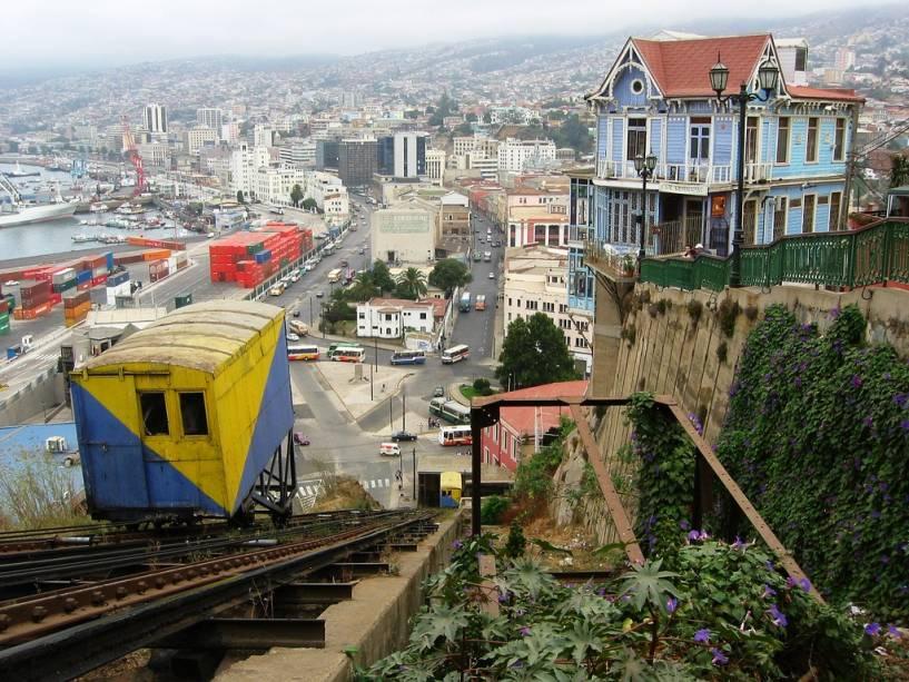 Elevadores coloridos são parte integrante da paisagem de Valparaíso, deslizando sobre montanhas escarpadas e oferecendo excelentes vistas da área circundante