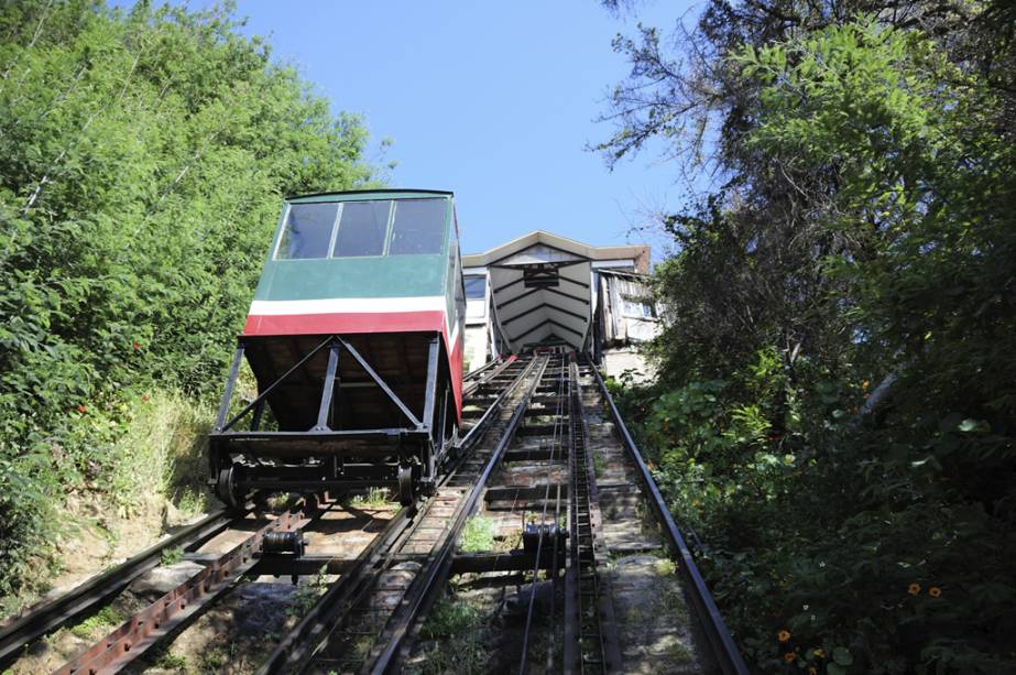 Você tem que pegar os elevadores coloridos para chegar às colinas.  O mais antigo deles é Concepción, que leva ao topo do Cerro Concepción, que abriga as casas de imigrantes ingleses e alemães.