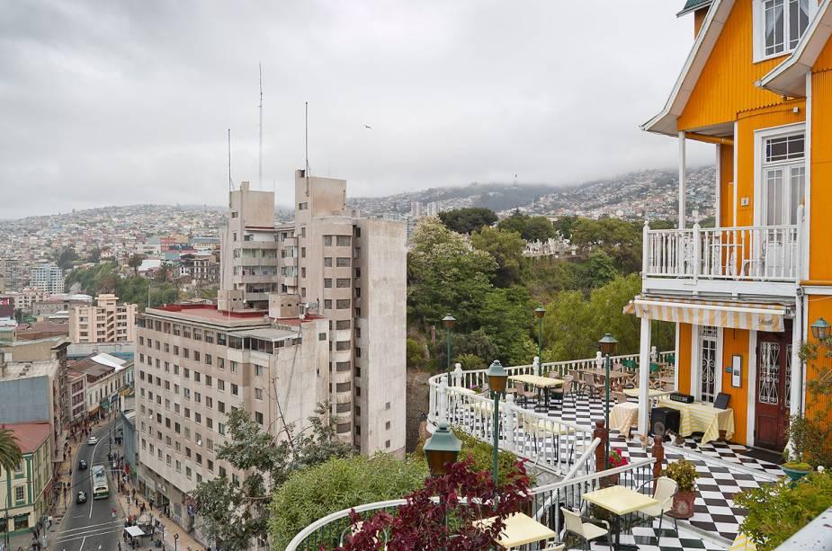 Mesmo para quem não está hospedado em Valparaíso, vale a pena passar no Brighton Hotel ao entardecer para um happy hour ao ar livre.
