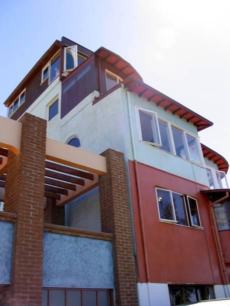 La Sebastiana, uma das casas onde morou o poeta Pablo Neruda, tem uma fachada tridimensional de cinco andares e grandes janelas com vista para a baía