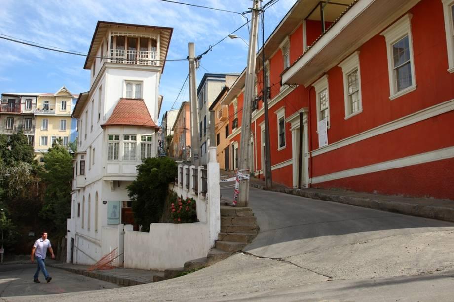 Valparaíso é caracterizado por altos e baixos contínuos.  A exploração exige pernas e fôlego, mas a vista da cidade compensa o incômodo