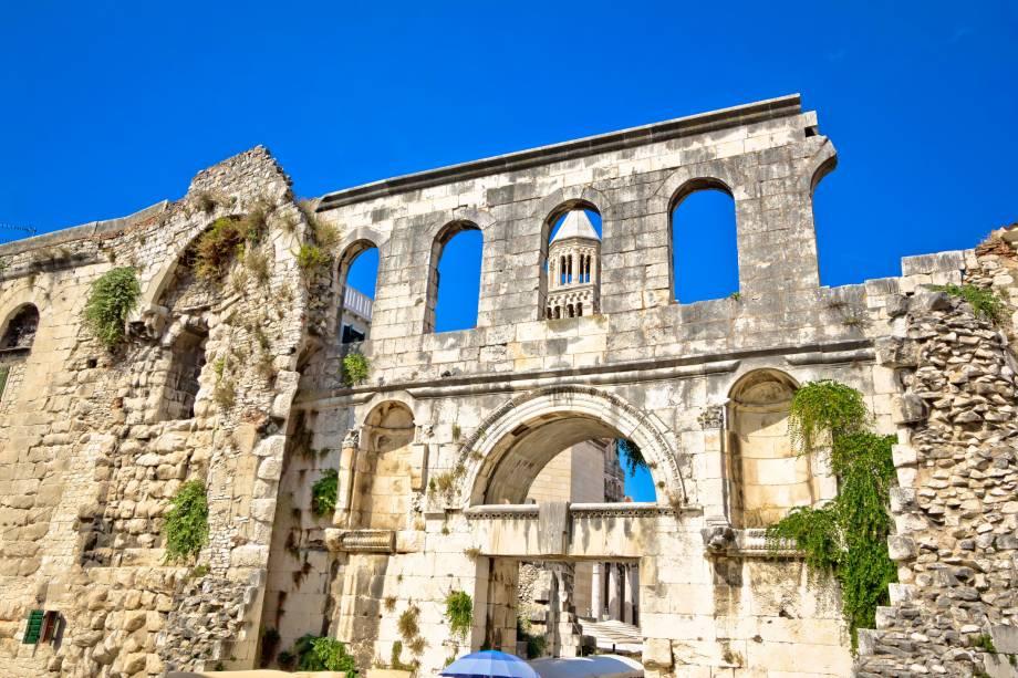 Além da magnífica paisagem litorânea, a cidade de Split sabe como preservar sua história graças à boa preservação de suas ruínas que encantam os turistas.