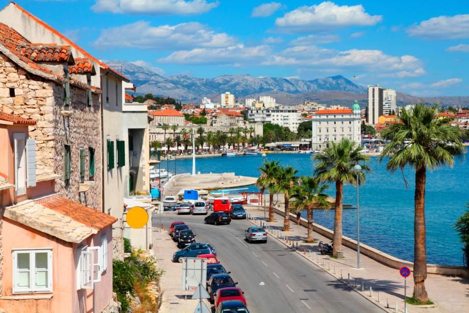 A bela vista de Split, Croácia, nas margens do belo mar Adriático azul