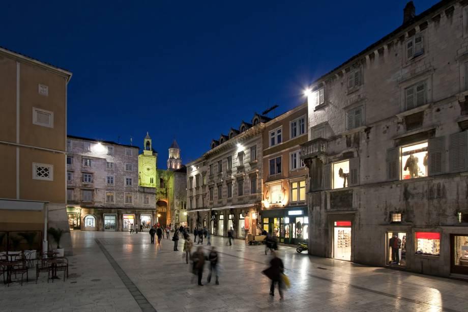 A vida noturna em Split, na Croácia, é popular.  Existem muitos bares e restaurantes excelentes aqui, bem como excelentes lojas