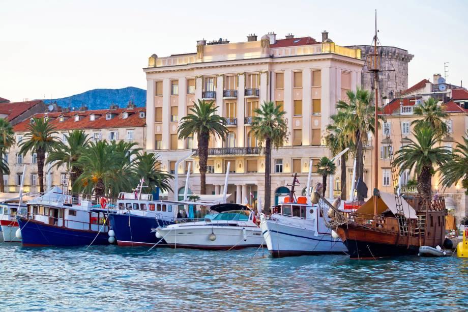 A cidade de Split está localizada no mar Adriático e tem opções de passeios de barco - uma das melhores maneiras de conhecer o lugar