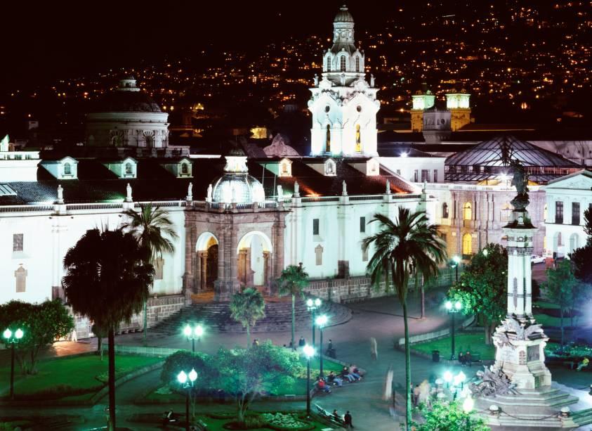 A iluminação noturna torna a Plaza de la Independencia ainda mais bonita e destaca a catedral no coração de Quito, capital do Equador