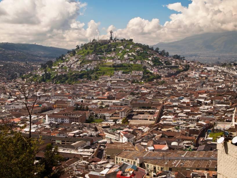 """El Panecillo é uma cordilheira natural que serve de mirante em Quito, capital do Equador.  Como um marco da cidade, o morro separa o centro da região sul.  Em seu cume, a 3.000 metros acima do nível do mar, existe agora um monumento em homenagem à Virgem Maria.  Diz-se que nos tempos pré-hispânicos seu nome original era Shungoloma, que em quíchua significa """"Heart Hill""""e havia um templo dedicado ao sol.  Quito foi a segunda cidade importante para os Incas."""