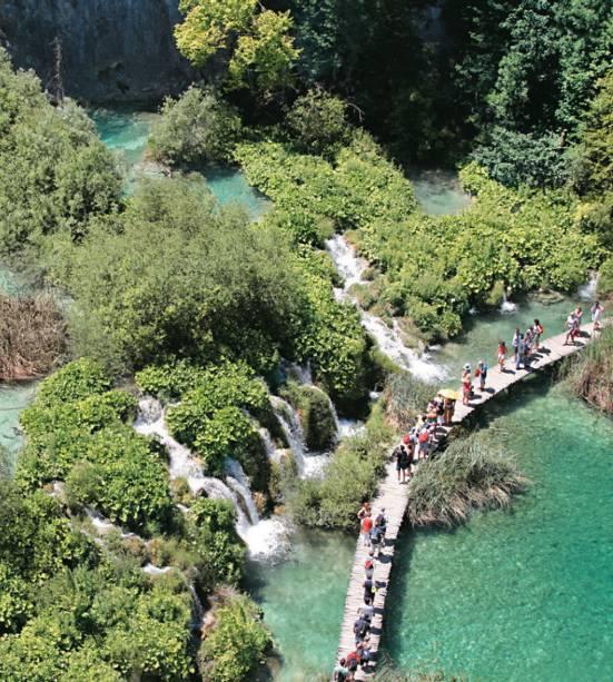 Passeie pelo Parque Plitvice, um dos pontos turísticos mais bonitos de toda a Croácia