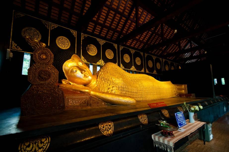 Buda reclinado no templo Wat Chedi Luang em Chiang Mai