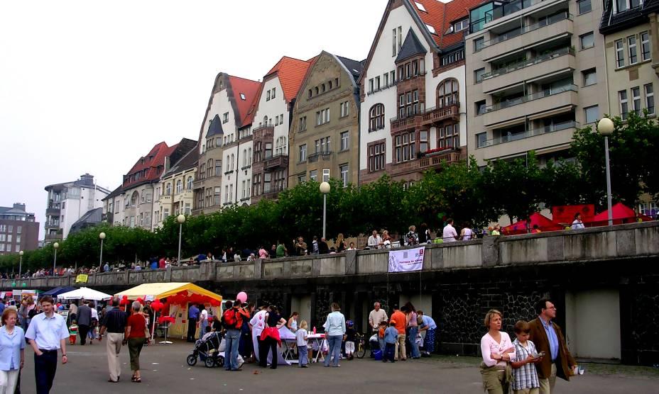 As movimentadas ruas de Düsseldorf estão sujeitas ao comércio
