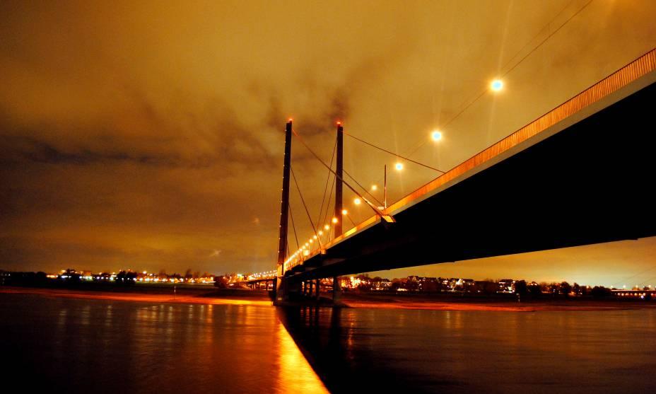 A beleza do Rheinkniebrücke em Düsseldorf
