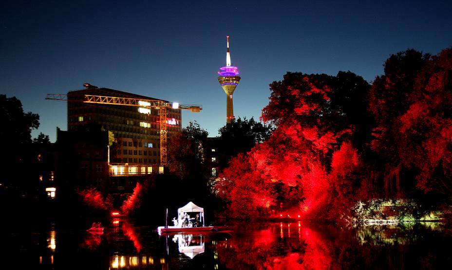 A noite da torre Rheinturm em Düsseldorf